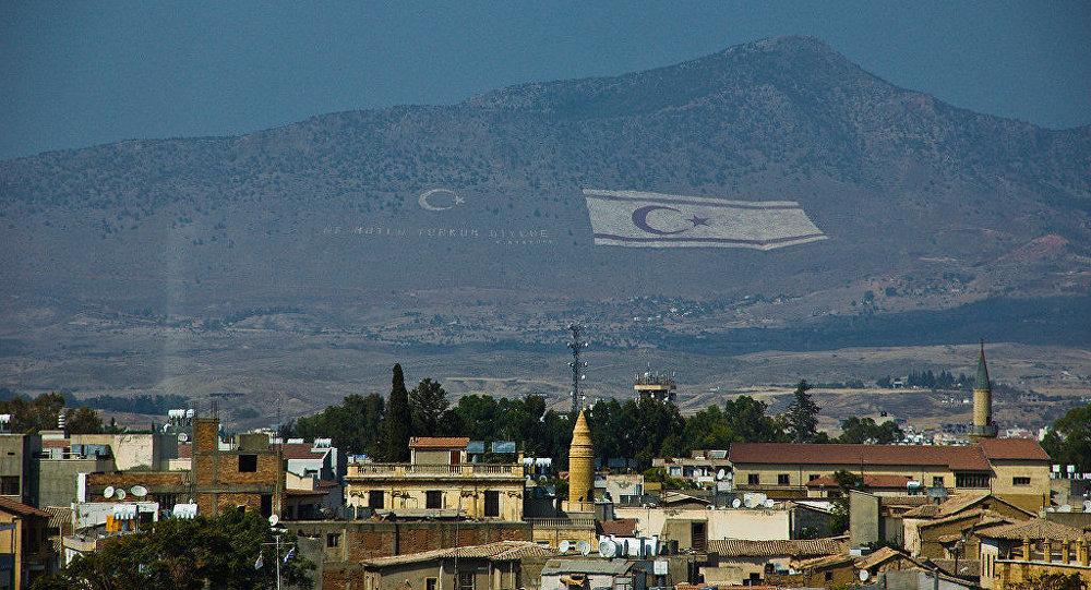 La bandera de la república Turca del Norte de Chipre cerca de Nicosia, capital de Chipre