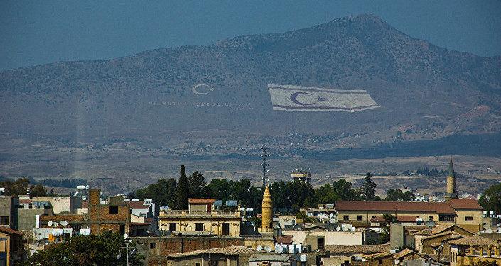 La bandera de la autoproclamada República Turca del norte de Chipre