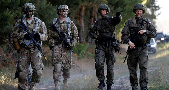 Los soldados de la 6ta Brigada Aerotransportada de Polonia caminan con soldados de la 82ª División Aerotransportada de Estados Unidos durante el ejercicio Anakonda 16 de los aliados de la OTAN cerca de Torun, Polonia