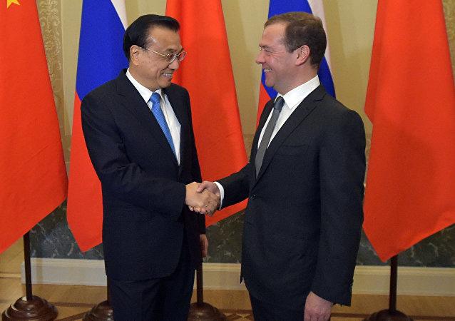 Primer ministro de Rusia, Dmitri Medvédev, y su homólogo chino, Li Keqiang
