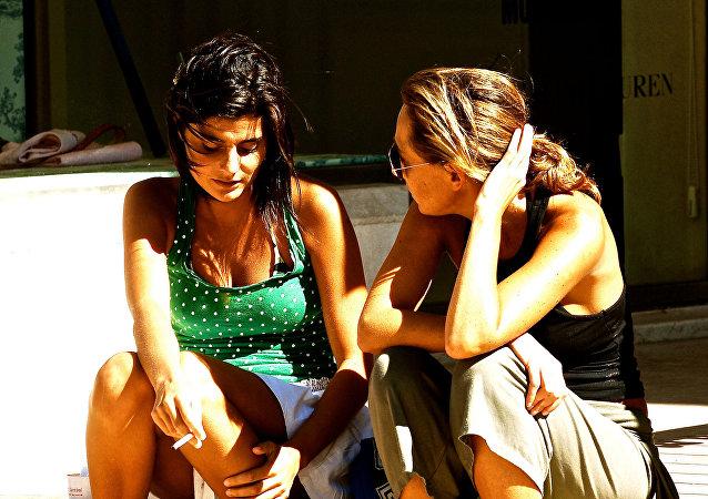 Dos mujeres hablando