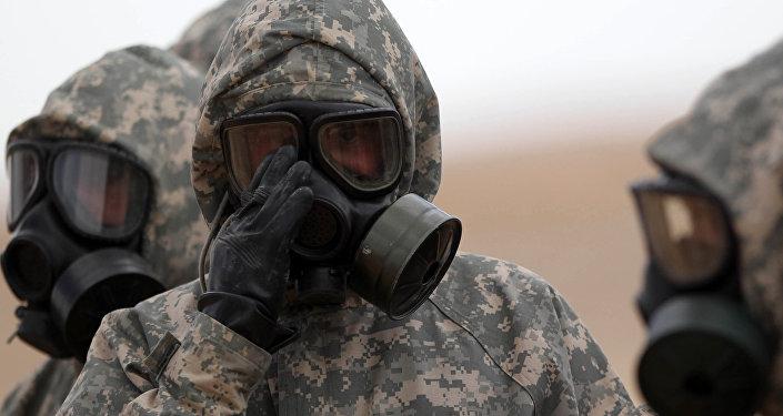 Soldados usan máscaras durante un ejercicio militar simulando un ataque de armas químicas (archivo)