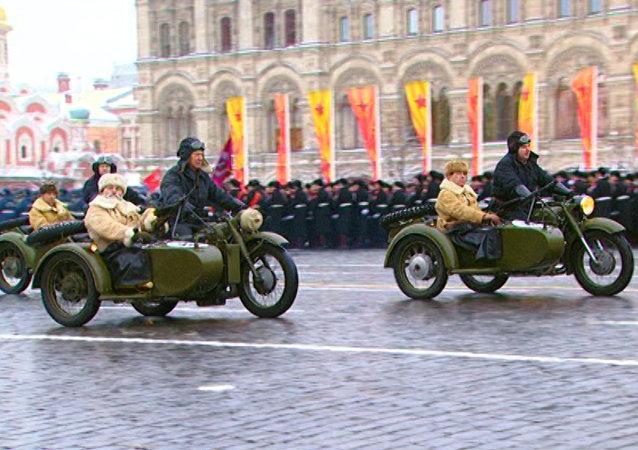 El desfile de homenaje en la Plaza Roja a la marcha militar de 1941