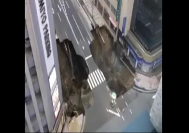 Imágenes apocalípticas: la Tierra 'engulle' parte de una gran avenida en Japón (vídeo)
