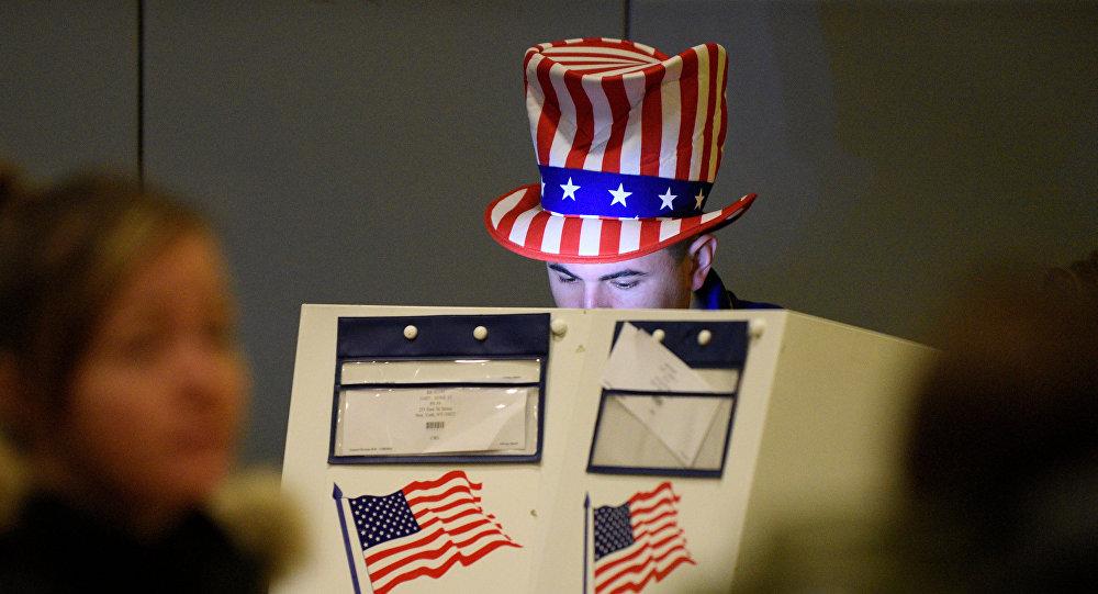 Un hombre echa su voto en las elecciones presidenciales en EEUU (archivo)