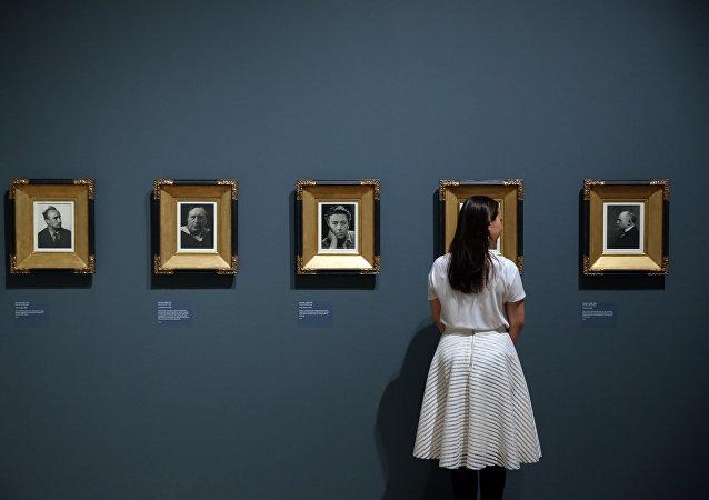 La exposición 'El ojo radical: fotografía modernista de la colección de sir Elton John'