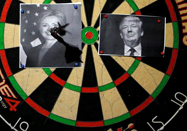 Un tablero de dardos con los retratos de Hillary Clinton y Donald Trump