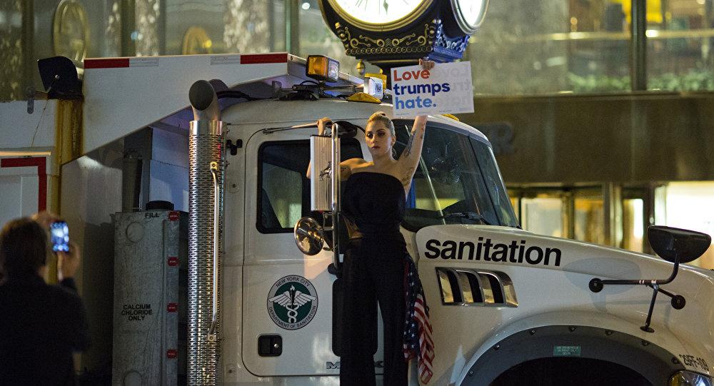 La cantante Lady Gaga durante la protesta contra Donald Trump