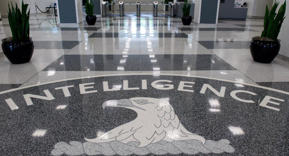 El logotipo de la Agencia Central de Inteligencia (CIA) se muestra en el vestíbulo de la Sede de la CIA en Langley, Virginia