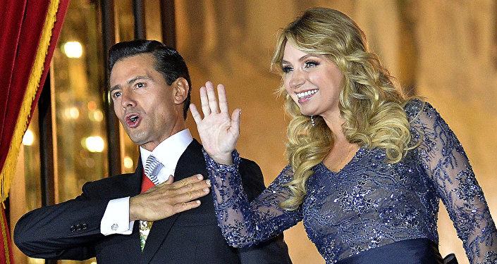 Presidente de México, Enrique Peña Nieto, con su esposa, Angélica Rivera