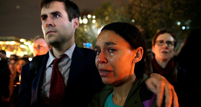Una mujer está llorando en frente de la Casa Blanca