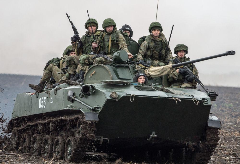 Militares rusos durante un ejercicio conjunto de las tropas aerotransportadas de Rusia, Bielorrusia y Serbia, en el marco de las maniobras Hermandad Eslava 2016, celebradas en Serbia