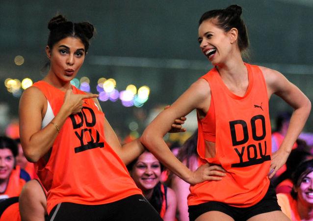 Las actrices de Bollywood Jacqueline Fernandez y Kalki Koechlin, en Mumbai, durante la celebración del Día Internacional de las Niñas