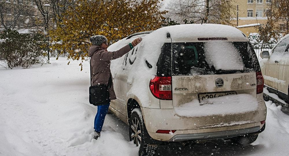 Auto estacionado en uno de los barrios de San Petersburgo