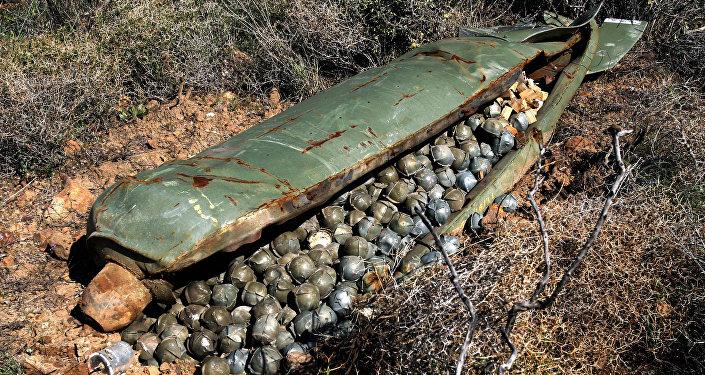 Una bomba de racimo sin detonar (archivo)