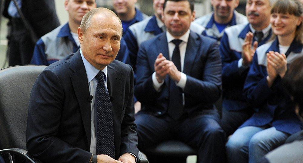 Presidente ruso Vladímir Putin  durante una reunión con el personal de la planta Avtodizel de Yaroslavl