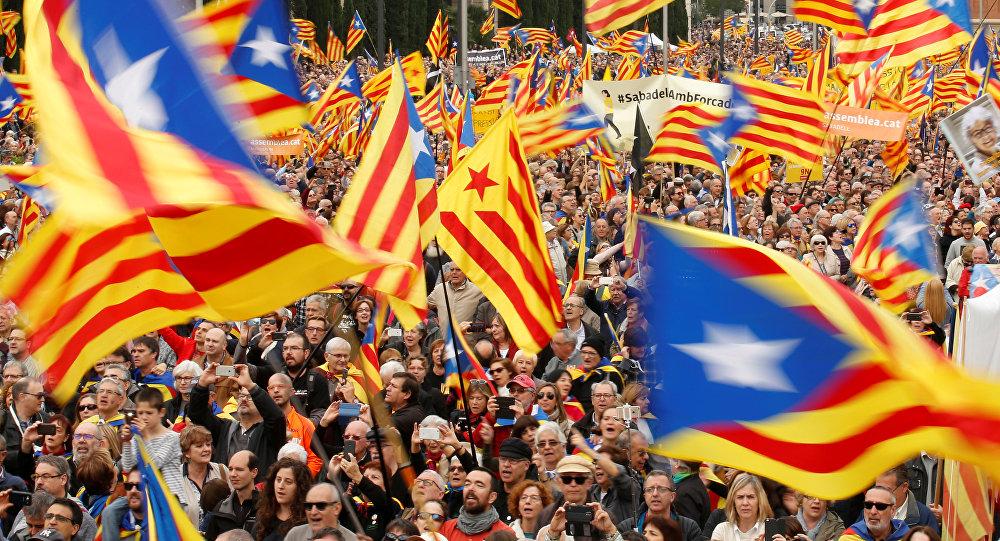 MUNDO | Miles personas marchan en Barcelona contra la declaración de independencia