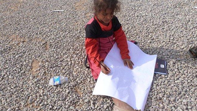 Una niña dibujando en el campo de refugiados Hazir