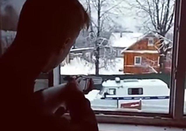 Dos estudiantes dispararon contra unidades de la policía y luego se suicidaron