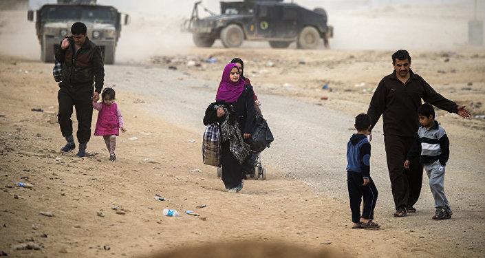 Iraquíes huyen a una zona en poder de las fuerzas especiales iraquíes en el barrio de Samah en Mosul