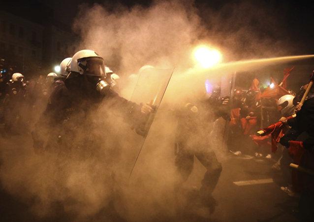 Atenas saluda a Barack Obama con violentas protestas