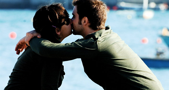 Hombre y mujer besándose