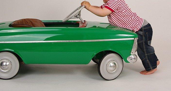 Un niño con un coche