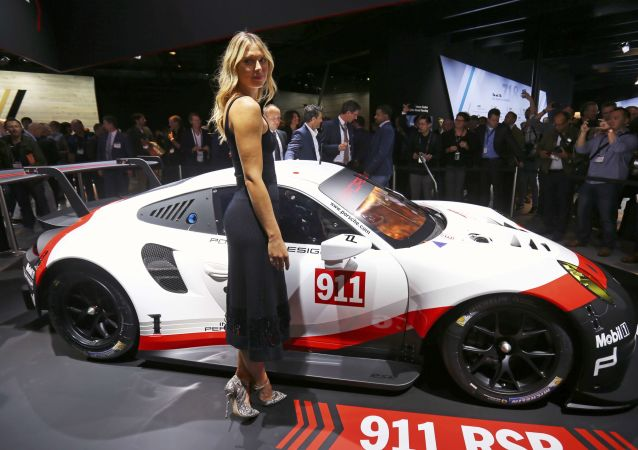 Doble de belleza: María Sharápova, entre las novedades del salón automovilístico