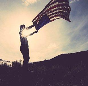 Un hombre con la bandera de EEUU
