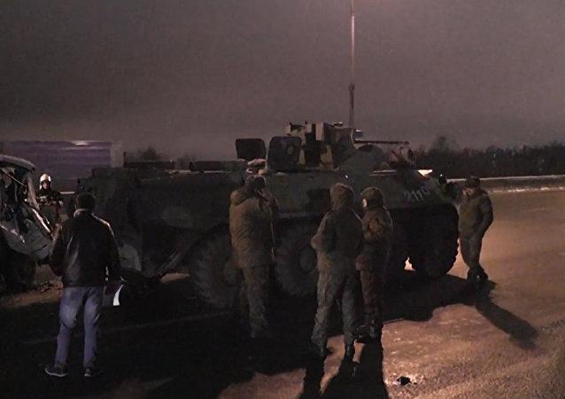 Un camión choca con un carro de combate en Moscú