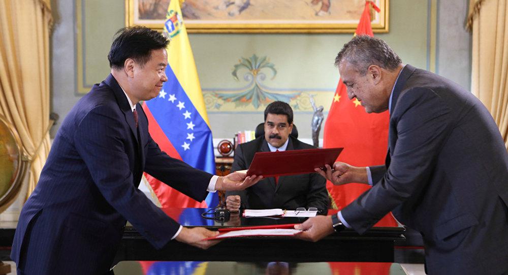 Director de PetroChina, Wang Yilin, presidente de Venezuela, Nicolás Maduro, y ministro de Petróleo de Venezuela, Eulogio del Pino