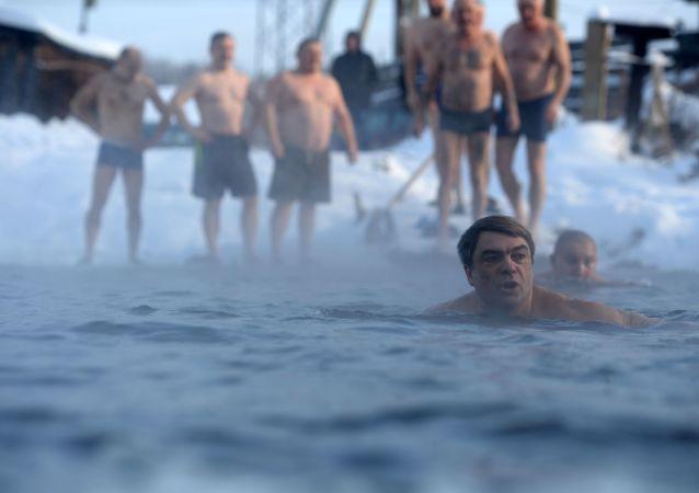 Natación en pleno invierno para la gente más caliente de Rusi