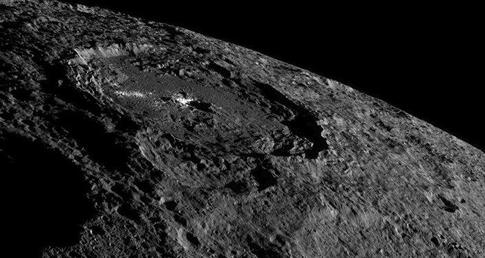 El cráter Occator en el planeta enano Ceres