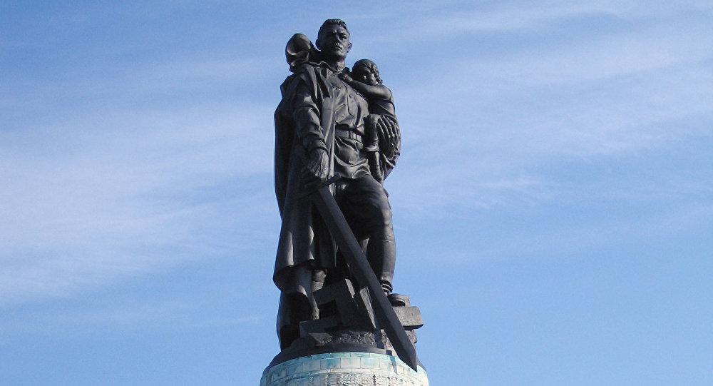 Monumento a los soldados soviéticos en Berlín, conocido como El Guerrero Libertador, que honra a todos los fallecidos en la lucha contra el nazismo