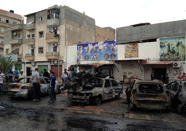Los restos de la coche bomba que explotó cerca del hospital en Bengasi, Libia