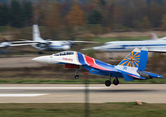 Vídeo: un grupo de demostración acrobática de la Fuerza Aérea de Rusia muestra sus impactantes capacidades