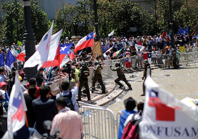 Choques entre los protestantes y la policía en Santiago, Chile