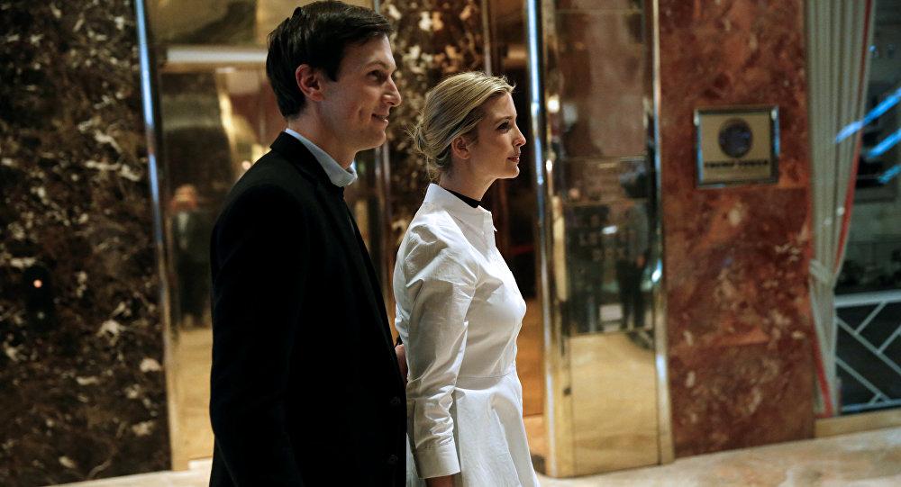 Ivanka Trump camina por el vestíbulo con su esposo Jared Kushner