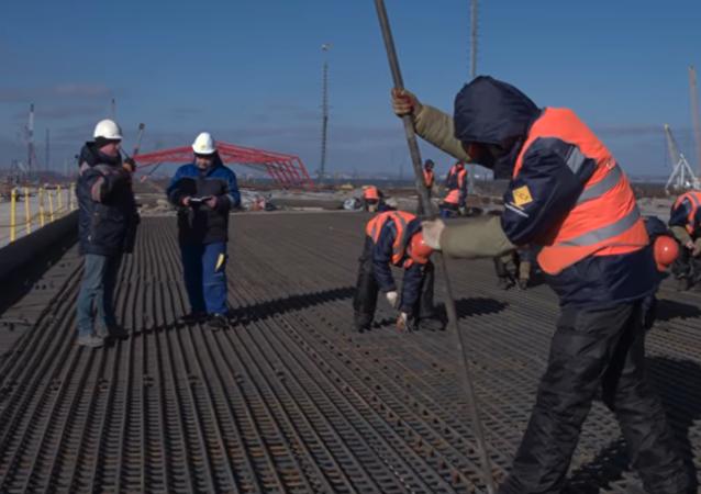 Los constructores del puente de Crimea se suman a la moda del 'mannequin challenge'