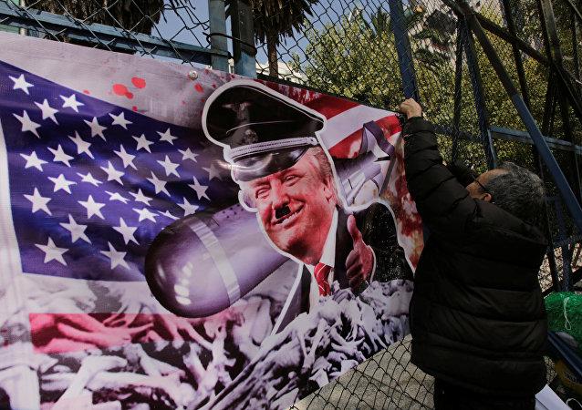 Pancarta con una imagen de Donald Trump (Archivo)