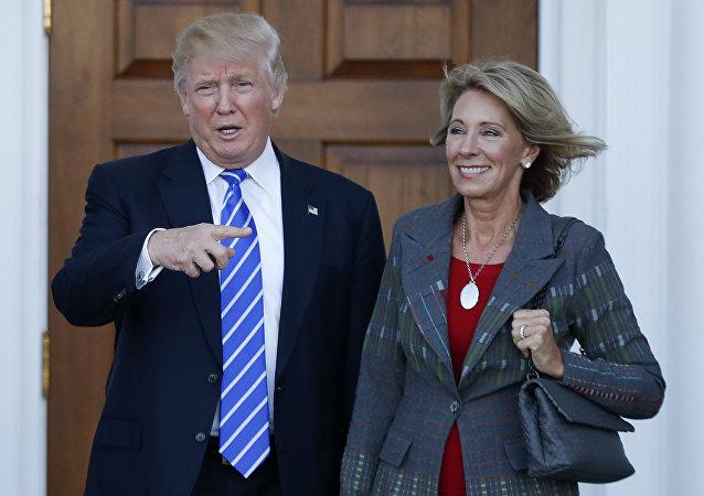 Donald Trump, presidente electo de EEUU, y Betsy DeVos