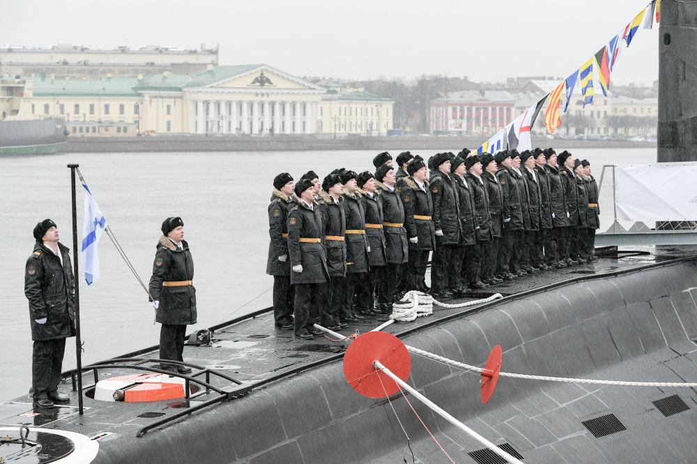 La ceremonia de entrega del submarino Kólpino a la Armada rusa