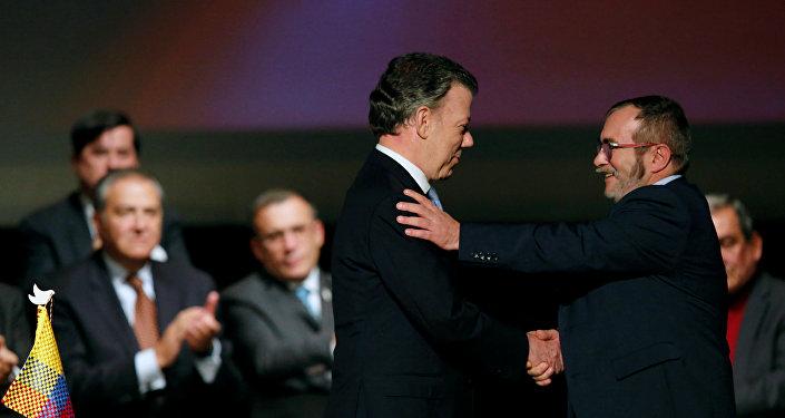 Presidente de Colombia, Juan Manuel Santos, y máximo líder de las FARC, Rodrigo Londoño Echeverri, alias 'Timochenko', firman el nuevo acuerdo de paz (archivo)