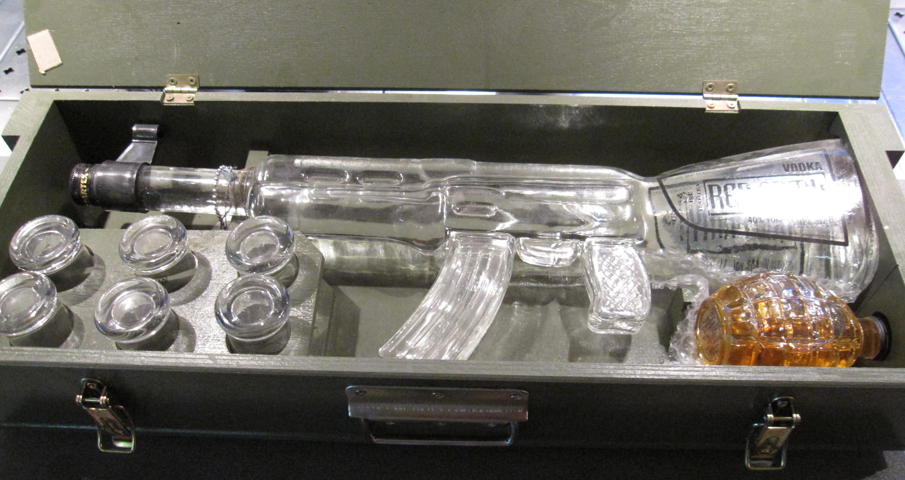 Una botella de vodka en forma del fusil ruso Kalashnikov