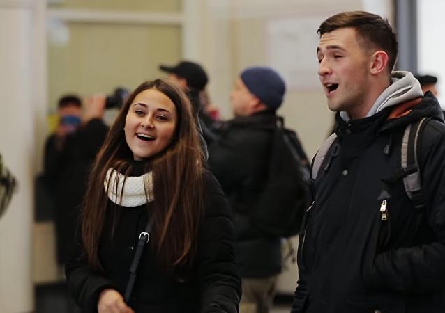 83 jóvenes ucranianos cantan una canción en ruso en una estación de trenes