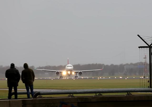 Vídeo: abortan un aterrizaje en el último momento por el fuerte viento