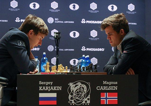 Ajedrecistas Serguéi Kariakin, de Rusia, y Magnus Carles, de Noruega