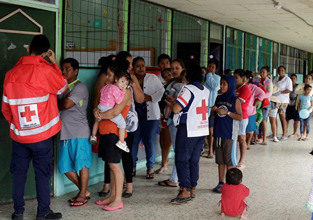 La gente evacuada por el acercamiento del huracán Otto en Costa Rica