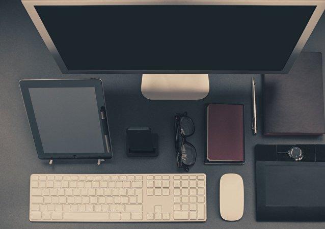 Varios dispositivos, entre ellos dispositivos móviles (imagen referencial)