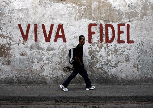 Un hombre camina por las calles de Santiago de Cuba
